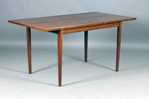 hvidt spisebord med bøg ben